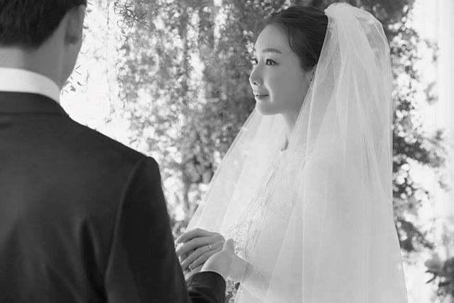 Ji Woo giấu mặt chồng trong ảnh cưới. Ảnh: YG.
