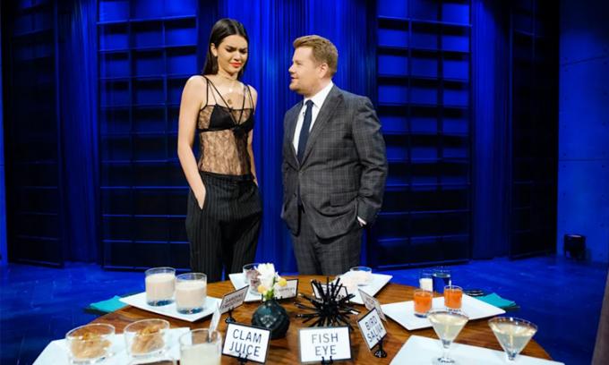 James Corden (phải) cùng người mẫu Kendall Jenice trong chương trình Spill Your Guts.  Ảnh: CBS.