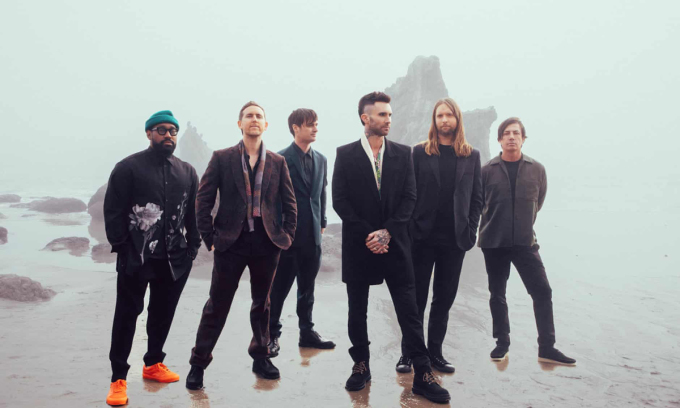 Nhóm Maroon 5 hiện tại có sáu người, Adam Levine (thứ ba từ phải sang) là thủ lĩnh. Thành viên Mickey Madden rời nhóm năm ngoái sau khi bị bắt vì bạo lực gia đình. Ảnh: Guardian.