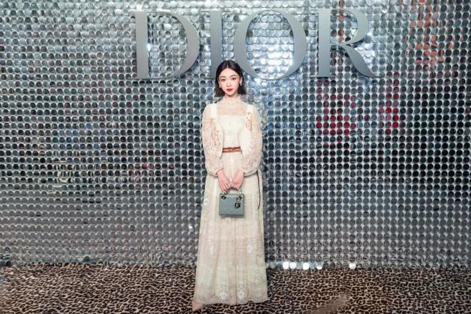 Tại sự kiện hôm 12/4, cô tiếp tục chọn túi mini của Dior