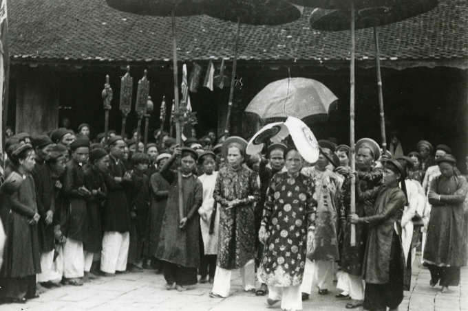 Chuyến thăm của Hoàng thái hậu Từ Cung ở Thanh Hóa năm 1935 qua ống kính nhiếp ảnh gia Nghiêm Xuân Thức. Trong sách, ngoài giới thiệu sự nghiệp của các nhiếp ảnh gia người Pháp và các nước khác tại Việt Nam, tác giả liệt kê một số hình chụp cùng tên tuổi những người Việt tham gia vào buổi đầu sơ khai của nhiếp ảnh.