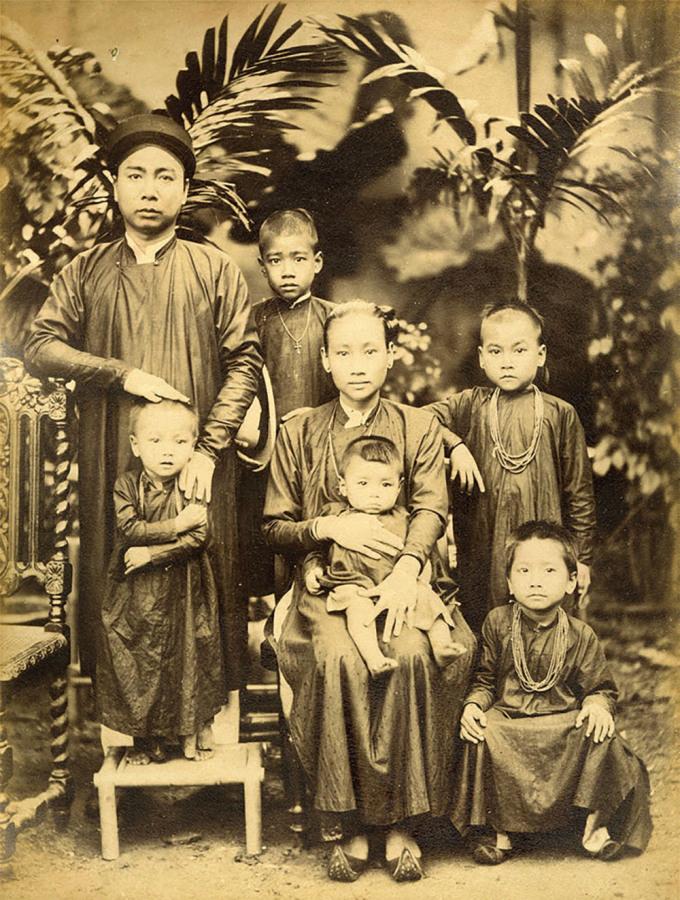 Bức Gia đình Việt Nam, khoảng năm 1890 của nhiếp ảnh gia Aurélien Pestel được giới thiệu trong chương bốn của sách - Các hiệu ảnh thương mại (những năm 1880 - 1890).
