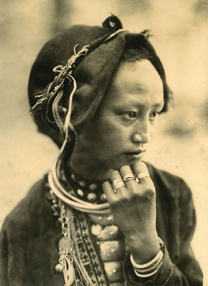 Một phụ nữ người Mán ở bản Pa Kha, tỉnh Sơn La trước ống kính một nhiếp ảnh gia khuyết danh. Ảnh chụp vào khoảng năm 1925, in trên giấy tráng bạc.