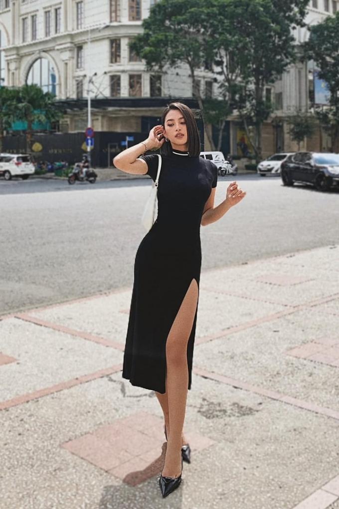 Tiểu Vy cho biết bộ váy cô đang mặc có giá chỉ khoảng một triệu đồng nhưng rất tôn dáng và hợp style cô. Người đẹp đầu tư cho hàng hiệu lẫn trang phục thiết kế trong nước.