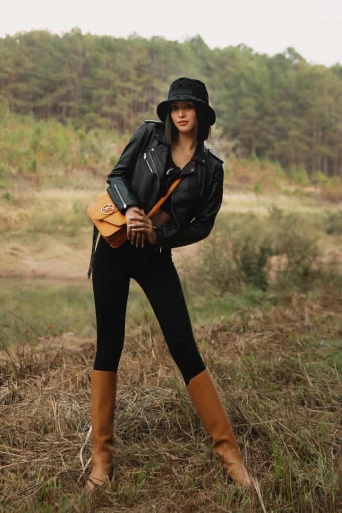Cô thể hiện gu thẩm mỹ khi phối những thiết kế phong cách bụi bặm, tông màu trầm như quần legging, áo khoác da, boots cao cổ, mũ bucket hay túi xách đeo chéo.