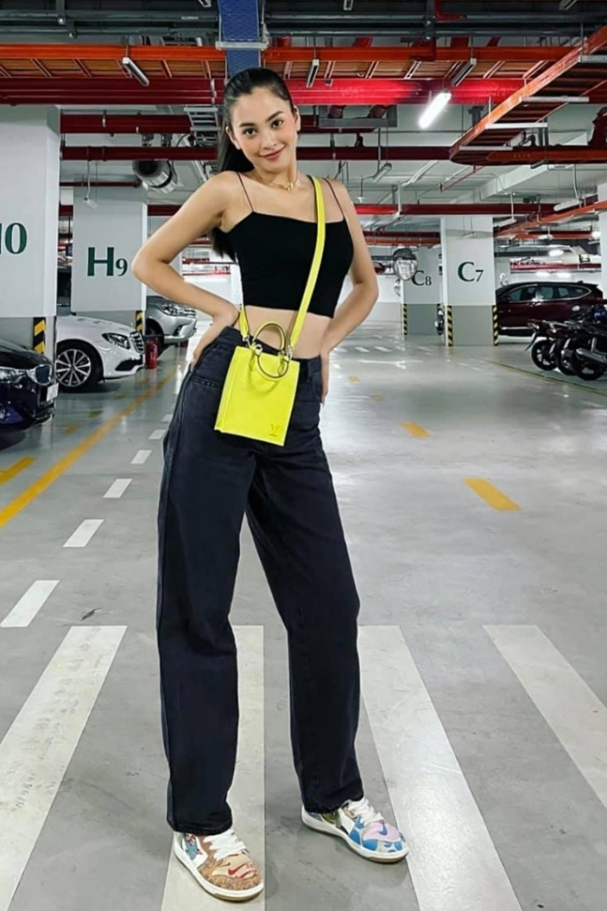 Crop-top, quần ống rộng giúp cô gái 21 tuổi tôn eo thon. Để tăng độ sành điệu, cô phối túi đeo chéo màu vàng chanh và theo mốt giày xấu. Cô mong muốn trở thành một fashionista được yêu mến trong tương lai, truyền cảm hứng về thời trang cho các bạn gái đồng trang lứa.