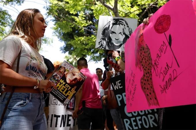 [Fan của Britney đứng ngoài tòa án nơi diễn ra phiên xử hôm 23/6. Ảnh: Reuters.