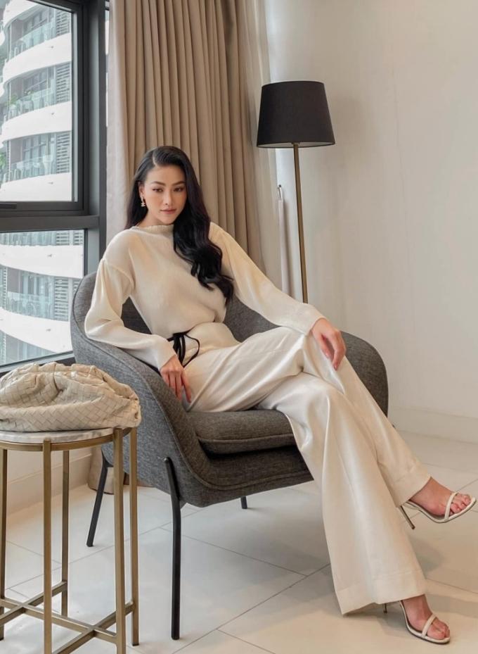Hoa hậu Phương Khánh biến phòng ngủ, phòng khách, bể bơi... trong căn penthouse của mình thành góc chụp ảnh. Cô trang điểm nhẹ, diện những trang phục có chất liệu thoáng mát để làm việc ở nhà những ngày nắng nóng.