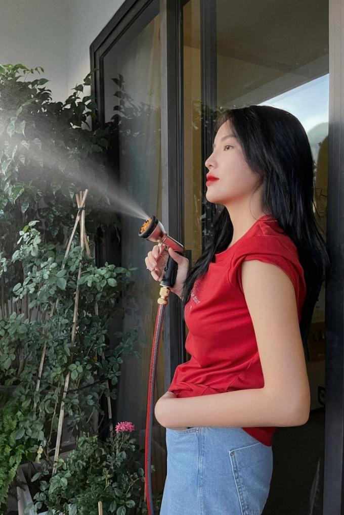Kỳ Duyên cũng có những khoảnh khắc gần gũi khi làm việc nhà với áo phông do cô tự thiết kế và quần jeans. Người đẹp cho biết mặc đẹp là một trong các cách giúp cô truyền cảm hứng cho bản thân và khán giả trong những ngày giãn cách xã hội.