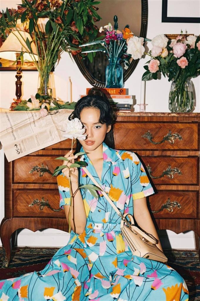 Fashionista Khánh Linh đầu tư vẽ phông, lắp đặt máy chiếu, bàn tiệc, cắm hoa... trong căn hộ nhỏ để thực hiện loạt ảnh thời trang với năm chủ đề khác nhau.