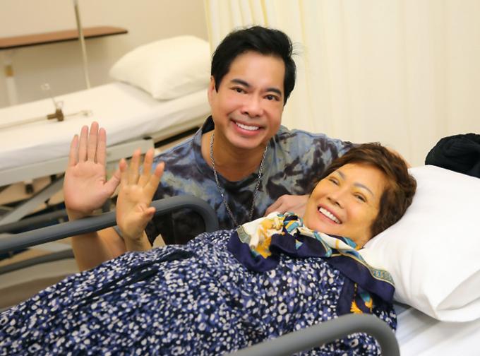 Ngọc Sơn túc trực ở bệnh viện chăm mẹ khi bà về nước trị bệnh tháng 6/2020. Ảnh: Tử Văn.