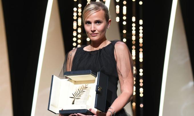 Đạo diễn Julia Ducournau nhận giải Cành Cọ Vàng. Ảnh Corbis.