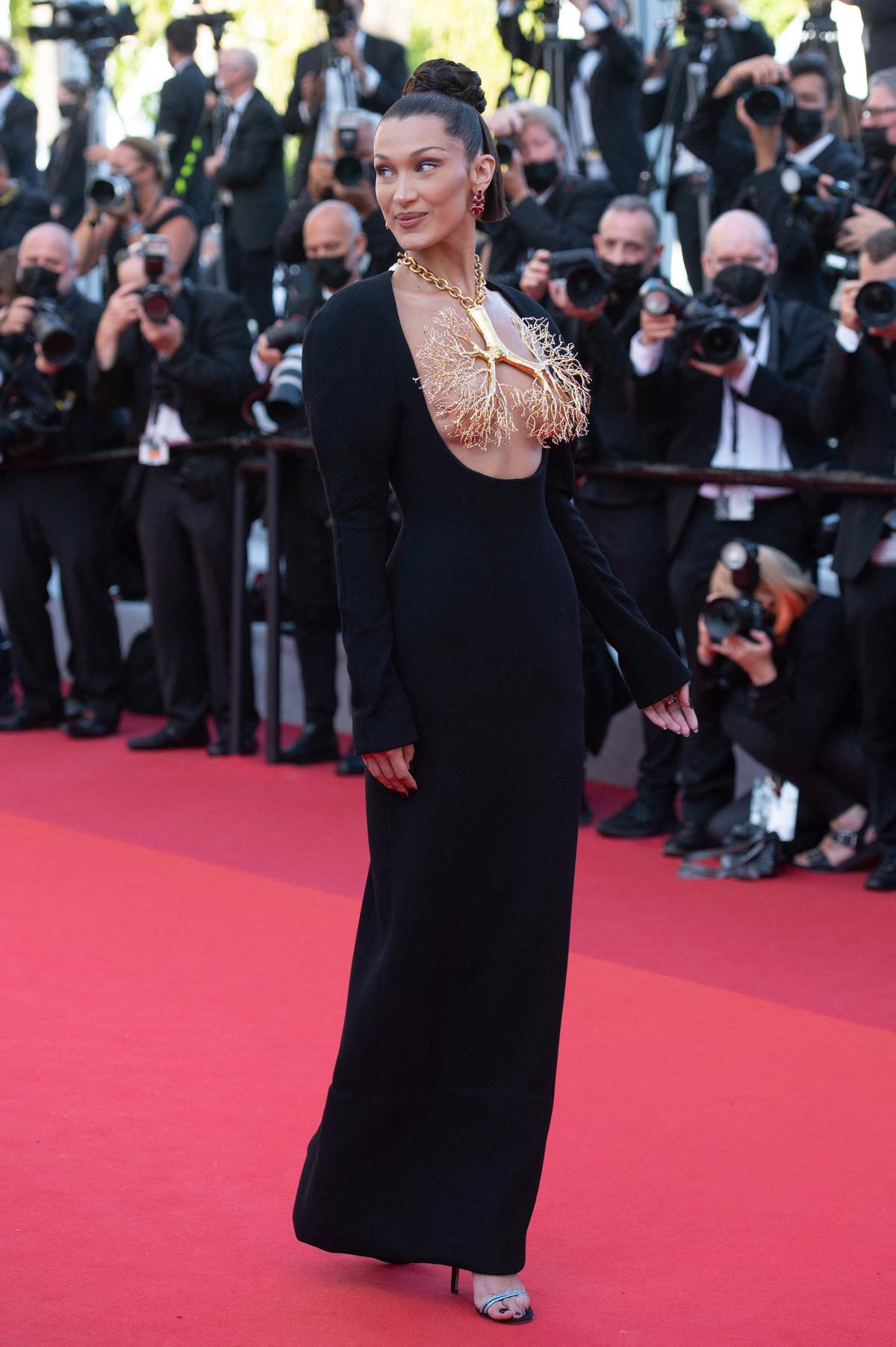 Những bộ đầm ấn tượng ở Cannes 2021 - Ảnh 1