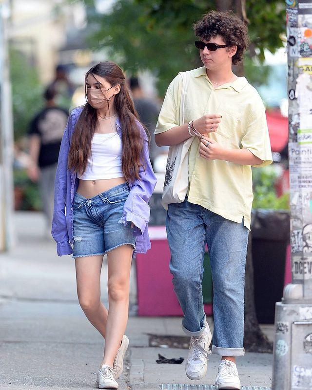 Suri chuộng mặc hở eo ở tuổi dậy thì. Tủ đồ của cô có nhiều mẫu crop top trắng đơn giản, thường được kết hợp quần shorts, sneakers. Ảnh: Splash News.