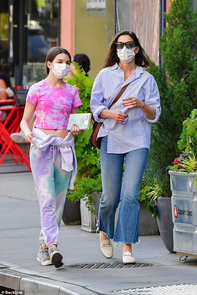 Suri khoe eo với áo phông và quần thể thao nhuộm tie-dye khi cùng mẹ đi mua sắm ở New York. Ảnh: Backgrid.