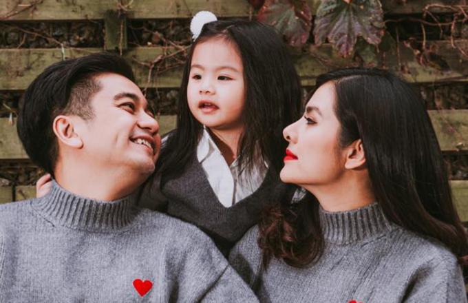 Vân Trang và chồng bên con gái đầu lòng (hơn bốn tuổi).  Ảnh: Facebook Vân Trang.
