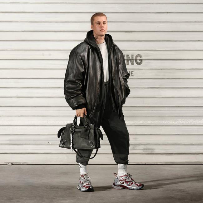 Justin Bieber diện các thiết kế của Balenciaga. Ảnh