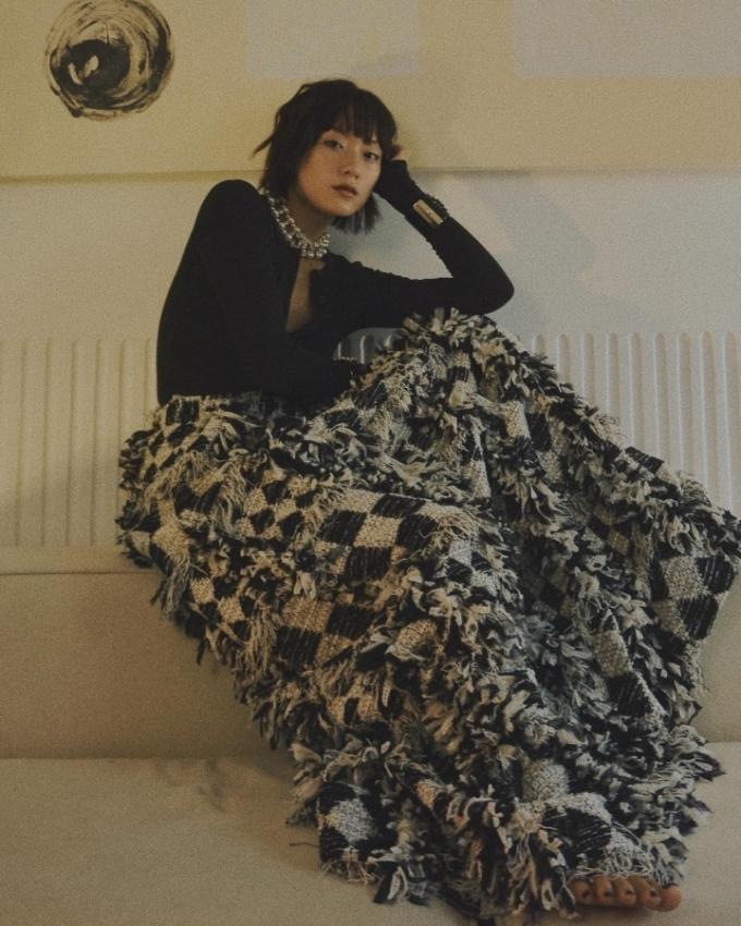 Người mẫu Hồ Thu Anh có khả năng tự lên ý tưởng, sản xuất và tự làm stylist cho các bộ ảnh của mình. Có nhiếp ảnh gia Thiên Minh là bạn cùng nhà, trong những ngày giãn cách, Hồ Thu Anh cho biết cả hai cô có cảm hứng thực hiện nhiều bộ ảnh thời trang hơn.