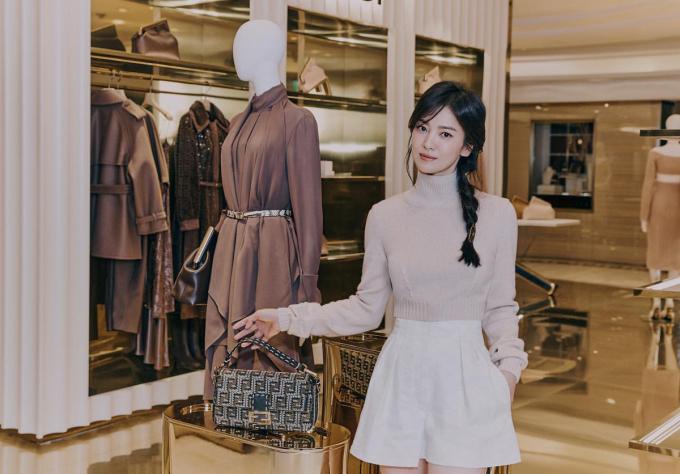 Trên nhiều diễn đàn ở châu Á, đông đảo fan cho biết ấn tượng với cách tết tóc lệch, tạo hình ảnh mới mẻ hơn cho Song Hye Kyo.