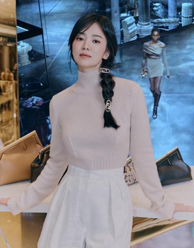 Tại sự kiện ở Seoul ngày 26/7, diễn viên dùng trang phục, phụ kiện của Fendi.