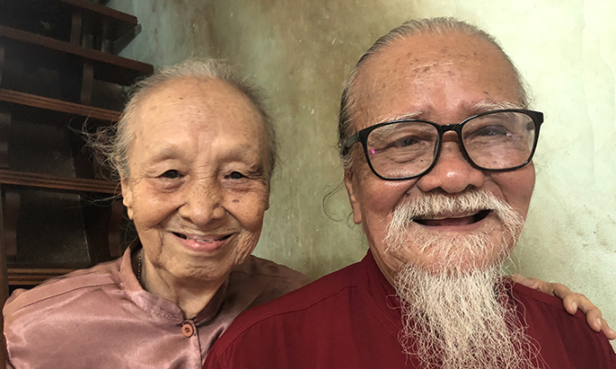 Nghệ sĩ Hữu Thành bên vợ năm 2020. Ảnh: Hoàng Dung.