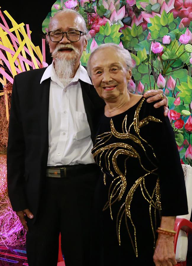 Vợ chồng nghệ sĩ Hữu Thành trong chương trình Tình trăm năm năm 2020. Ảnh: VCS.
