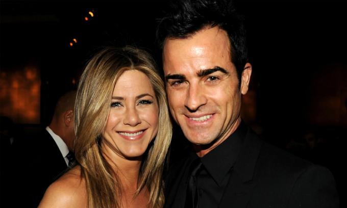 Jennifer Aniston (trái) và Justin Theroux thời còn hẹn hò. Ảnh: Vanity Fair.