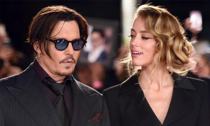 Johnny Depp (trái) và Amber Heard thời còn yêu. Ảnh: WireImage.