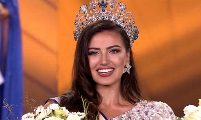 Chanique Rabe nhận vương miện Hoa hậu Siêu quốc gia 2021. Ảnh: Conan Daily
