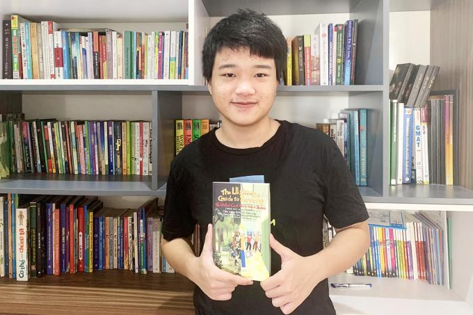 Khang Thịnh - tác giả sách song ngữ Cẩm nang sinh tồn siêu cấp: Miền hoang dã kinh tởm, đáng sợ và trường học (cũng chẳng tốt hơn là bao). Ảnh: ThaiHaBooks