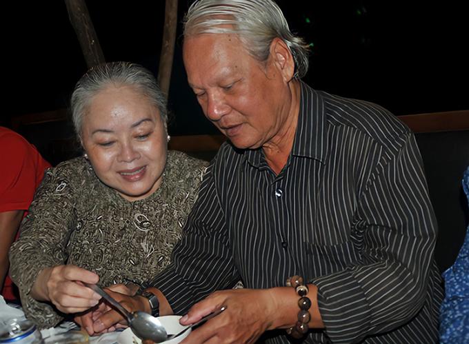 Vợ chồng Thanh Nguyệt san sẻ cho nhau từng bữa cơm trong hậu trường sân khấu. Ảnh: Thanh Hiệp