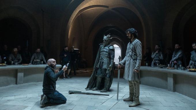 Đạo diễn David Lowery (quỳ) hướng dẫn các diễn viên trong một cảnh quay. Ảnh: A24.