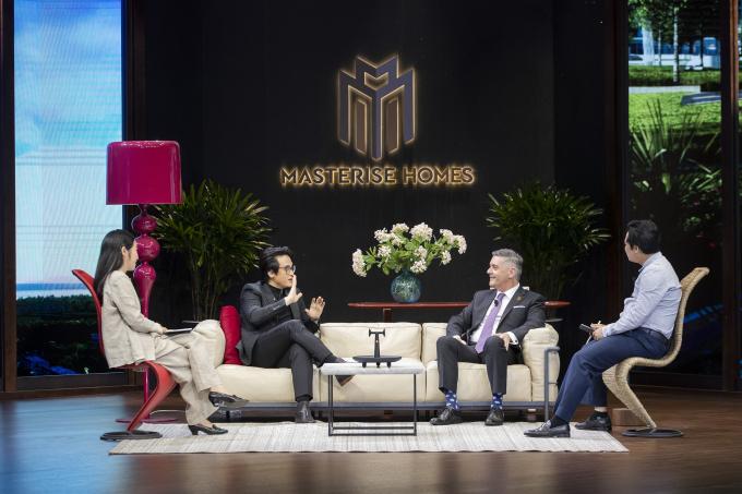 Hà Anh Tuấn cùng các chuyên gia tài chính trong The Master of Living Show.