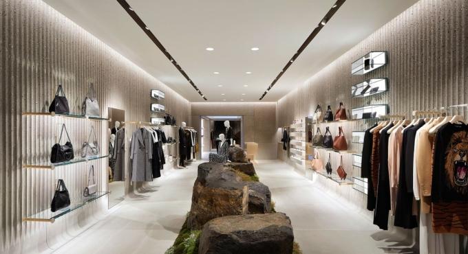Các cửa hàng của Stella McCartney sử dụng túi giấy được chứng nhận bền vững, dùng đèn LED tiết kiệm năng lượng và pin mặt trời. Các mannequin được làm từ nhựa sinh học trong khi một số đồ trang trí được mua từ các phiên đấu giá đồ cổ. Ảnh: Hufon+Crow