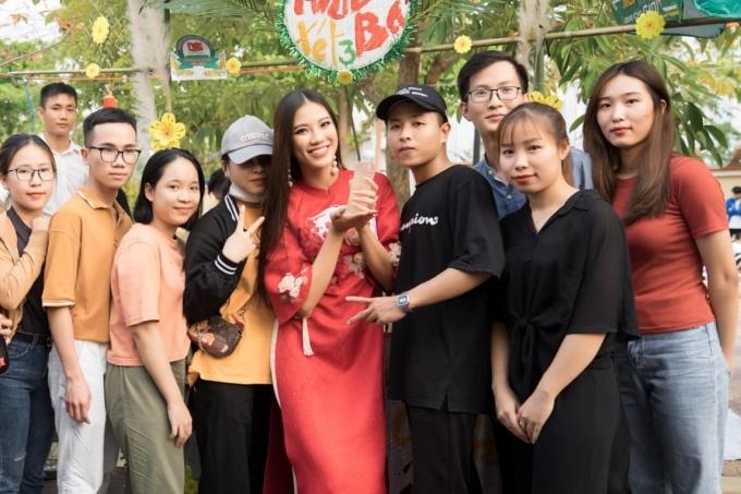 Kim Duyên trong một lần về thăm và giao lưu với sin viên Đại học Nam Cần Thơ đầu năm 2020. Ảnh: Nhân vật cung cấp