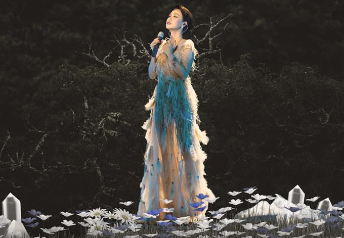 Uyên Linh giới thiệu bản thu mới như món quà gửi tặng khán giả thời dịch. Ảnh: Uyen Linh Fanpage