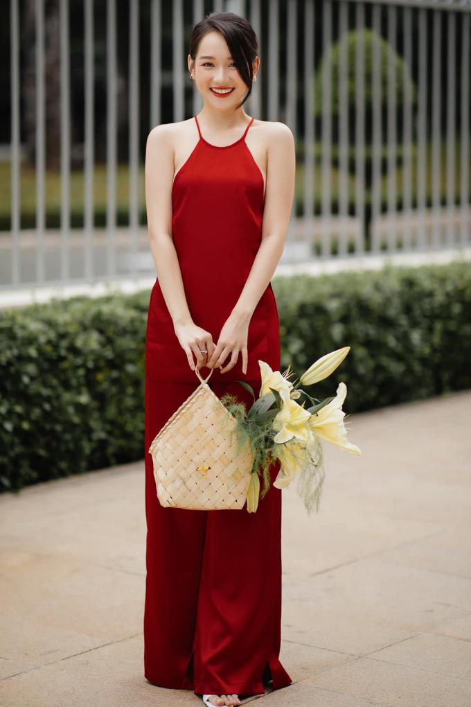 Diễn viên theo đuổi mốt đơn sắc với áo yếm. Cô cho biết thường chọn các trang phục trẻ trung, tiện lợi nhưng vẫn toát lên nét cá tính riêng.