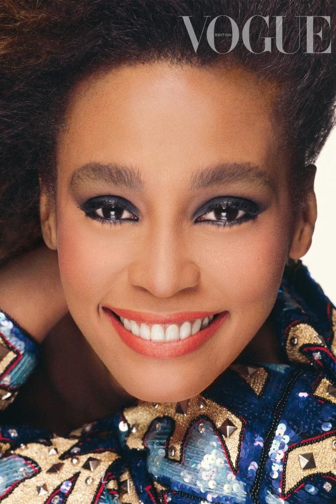 Nhan sắc Whitney Houston ở tuổi 23 dưới ống kính của nhiếp ảnh gia Steven Meisel. Diva thường vẽ mắt khói, thoa son đỏ. Ảnh: Vogue