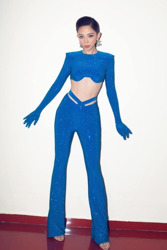 Tóc Tiên đi diễn với đồ sequins, điểm nhấn là các chi tiết cut-out bên hông và ngực làm nổi bật vòng eo.