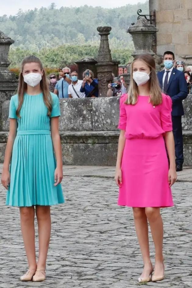 Leonor và em gái (trái) luôn ăn mặc tuân thủ quy tắc của hoàng gia: kín đáo, váy dài quá gối.