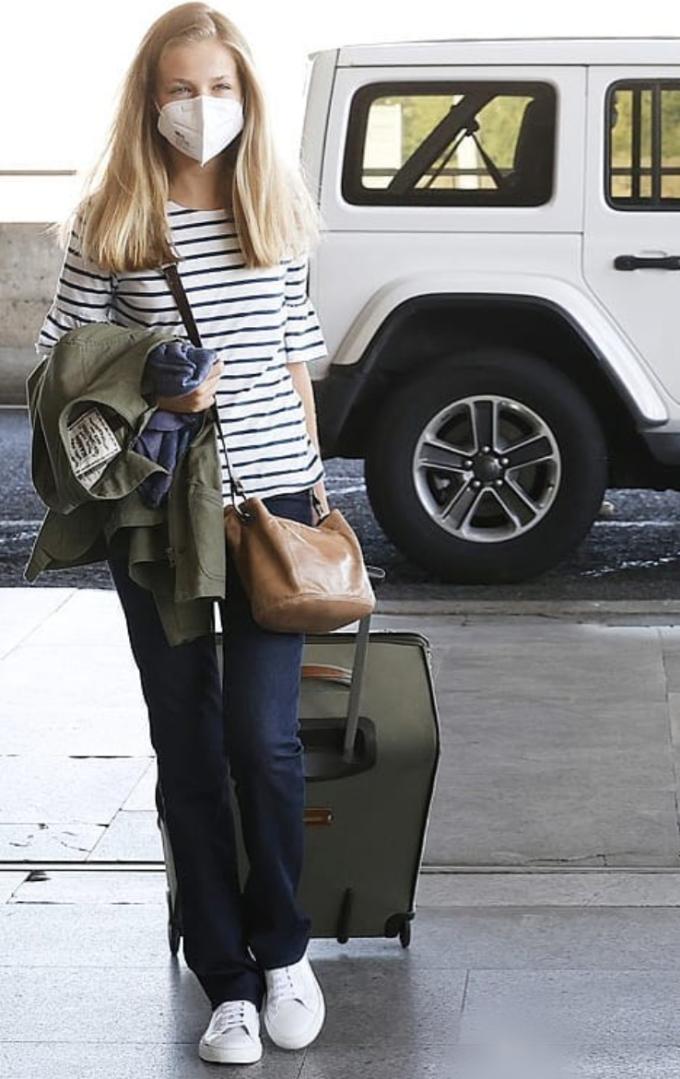 Trong hình ảnh chụp vào tháng 8/2021, khi học tại trường The United World College of the Atlantic (xứ Wales - Anh), cô diện áo thun phối áo khoác kaki cùng quần jeans như bao nữ sinh khác. Ảnh: Hellomagazine