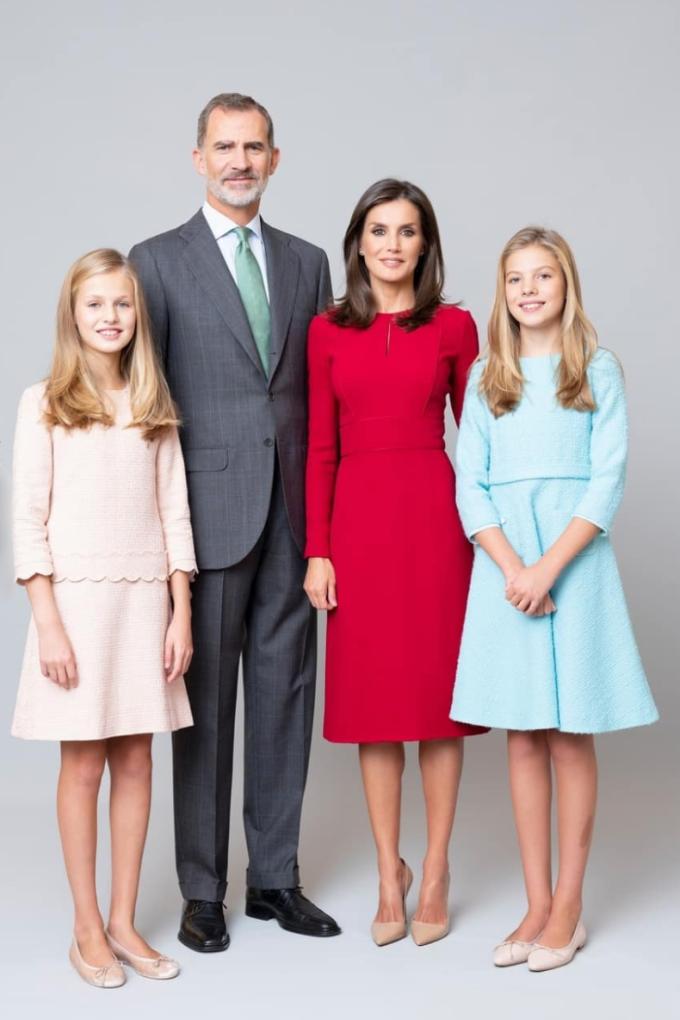 Leonor (trái) tên đầy đủ là Leonor de Todos los Santos de Borbón Ortiz, 16 tuổi, tước hiệu Nữ thân vương xứ Asturias. Cô là người đứng đầu danh sách kế vị ngai vàng của Tây Ban Nha, tiếp sau là em gái - Infanta Sofía (phải). Theo trang Express.co, công chúa được giáo dục nghiêm khắc từ khi còn nhỏ bởi hoàng hậu Letizia (váy đỏ). Ngoài thông thạo tiếng Anh, cô còn nói được tiếng Trung Quốc. Leonor đã có bài phát biểu đầu tiên trước công chúng đầu tiên khi 13 tuổi.