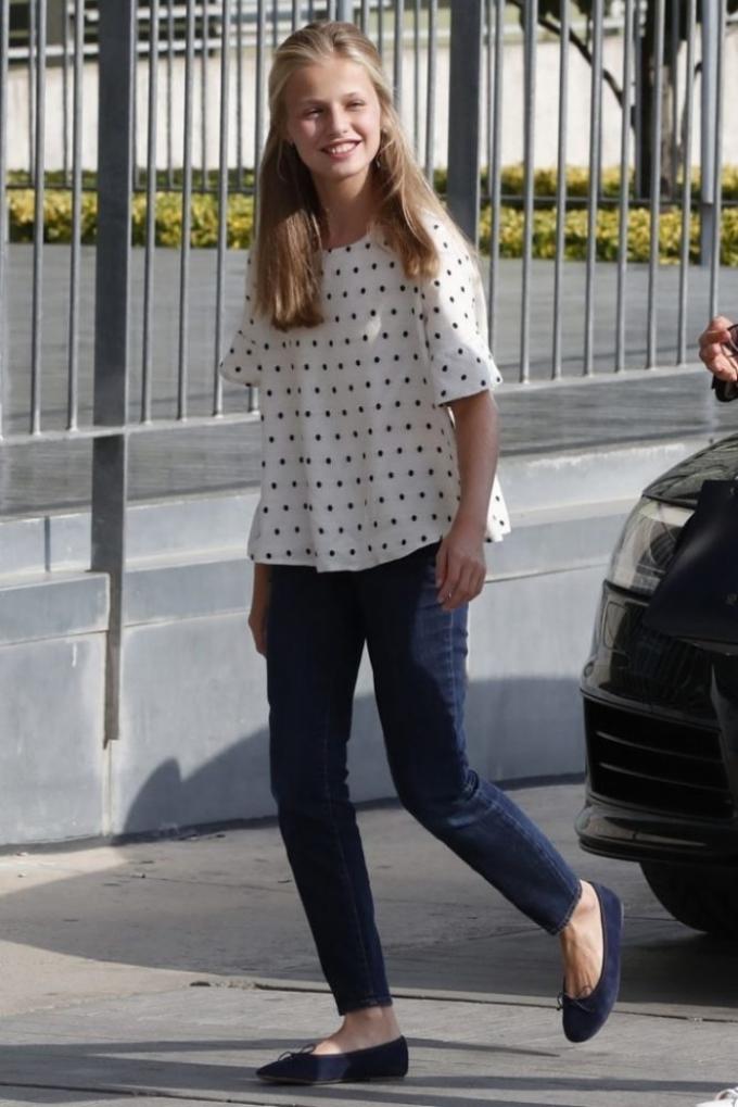 Trang phục đời thường của Leonor theo phong cách đơn giản, thoải mái. Cô yêu thích quần jeans và áo phông thoải mái.