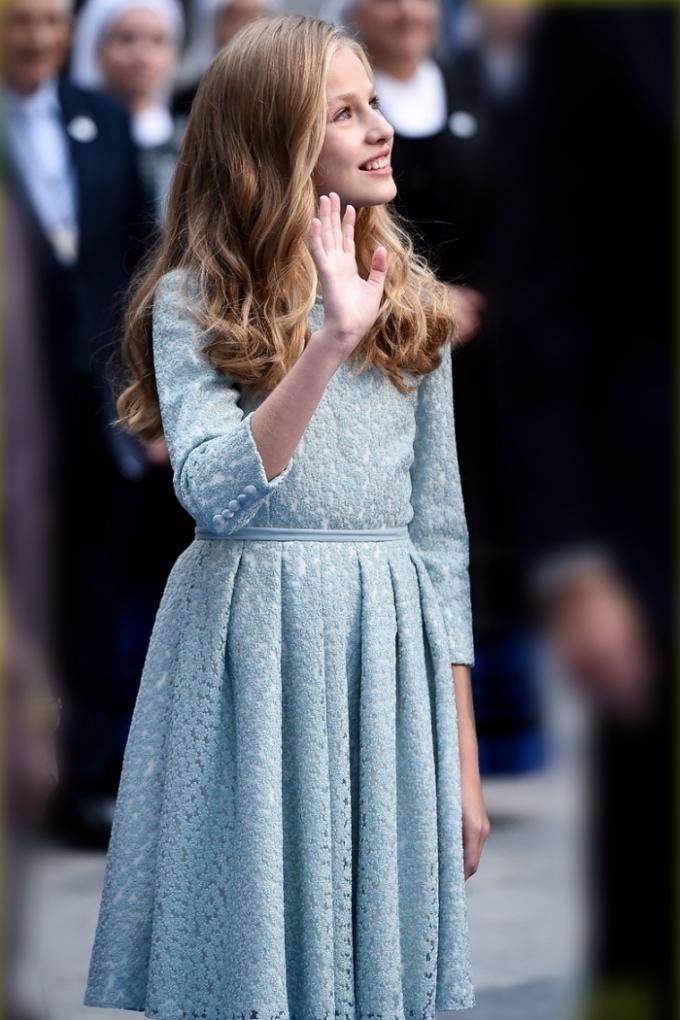 Các mẫu váy chữ A có họa tiết hoa nhỏ giúp tôn vẻ ngọt ngào của công chúa. Leonor luôn ăn mặc tuân thủ quy tắc của hoàng gia: kín đáo, váy dài quá gối.