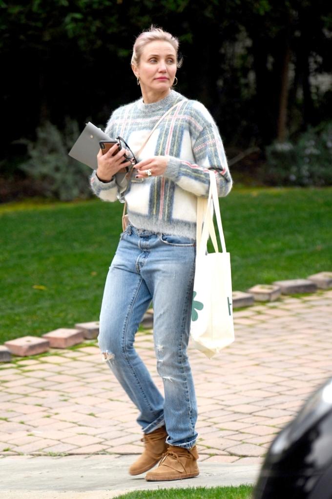 Cameron ăn mặc giản dị, xách túi vải khi xuống phố.
