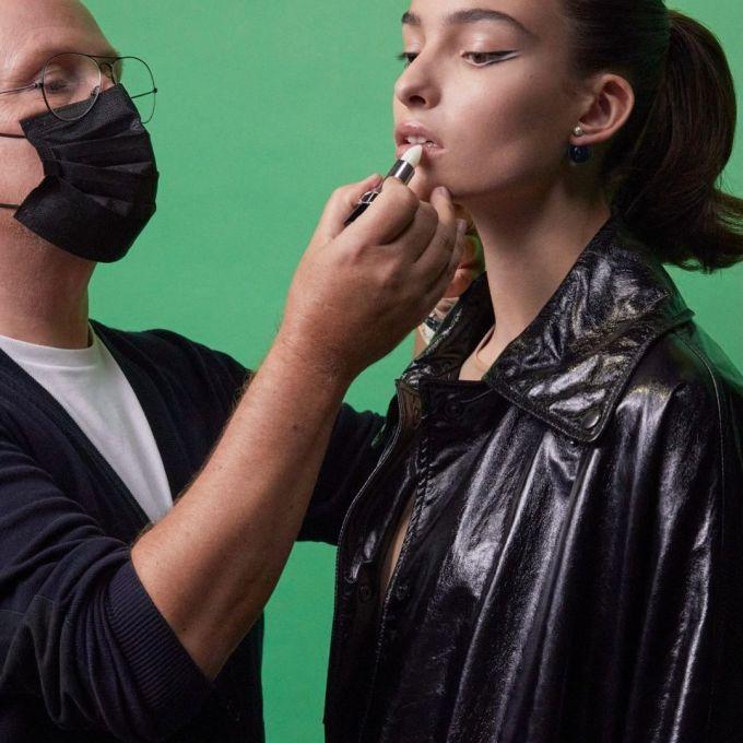Trong khi đó, nhà mốt Dior vẫn chọn kiểu kẻ mắt đen truyền thống nhưng phá cách với mắt kẻ mí đôi. Theo phương pháp của chuyên gia trang điểm Peter Philips, phần đuôi đường kẻ của cả hai mí đều cần có độ nhọn, xếch lên tương tự kiểu trang điểm mắt mèo. Ảnh: Instagram Peter Philips