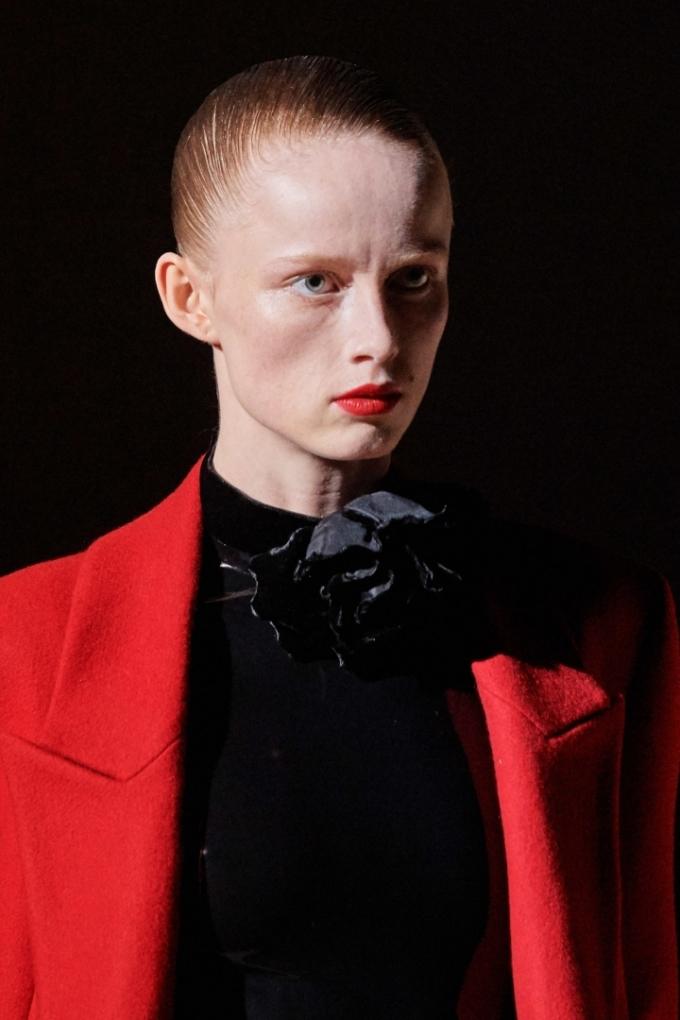 Giám đốc toàn cầu YSL Beauty - Tom Pecheux - mang đến sàn diễn của thương hiệu YSL phong cách trang điểm đậm chất Paris với màu son đỏ kinh điển. Các người mẫu đều sử dụng lớp nền mỏng nhẹ, tối giản phần mắt và chân mày để làm nổi bật màu son đỏ mịn lì. Ảnh: Gorunway