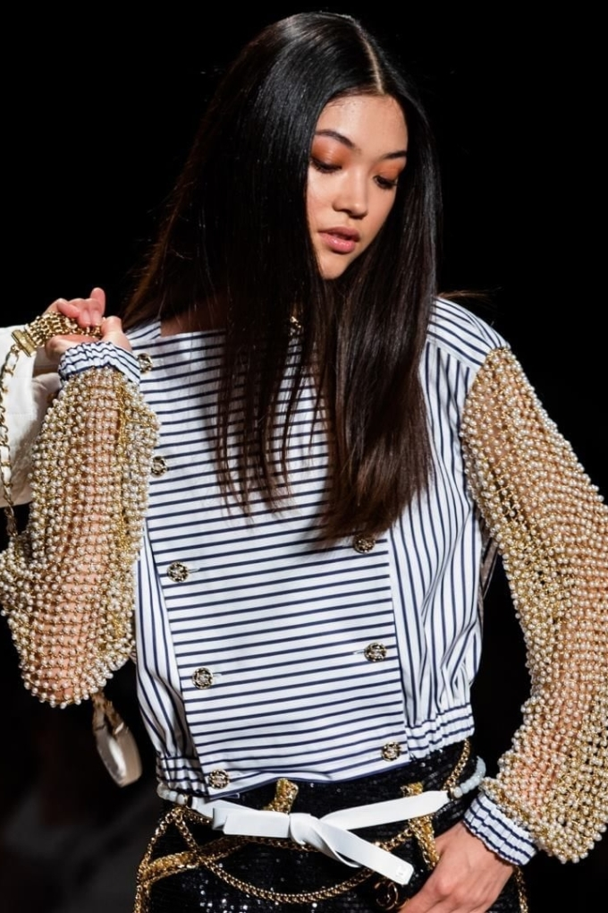 Kiểu trang điểm bằng màu nhũ sáng, tự nhiên trở thành xu hướng được các thương hiệu tại Paris Fashion Week lăng xê. Trong ảnh, các người mẫu của Chanel trình diễn với màu mắt ánh kim nâu đỏ.  Instagram Chanel