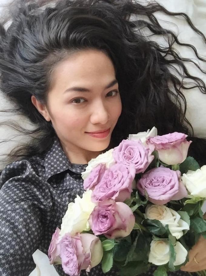 Nữ diễn viên với cuộc sống tự do tự tại ở hiện tại. Tina Tình (sinh năm 1982) là nghệ sĩ Việt kiều, mẹ người Czech, cha người Việt Nam. Cô về Việt Nam từ năm 16 tuổi trong nhiều vai trò ca sĩ, diễn viên. Năm 2004, cô được vinh danh Nữ diễn viên triển vọng tại Liên hoan phim Quốc gia nhờ vai diễn trong phim Trò đùa của Thiên Lôi.  Năm 2016, Tina Tình tham gia Mặt nạ máu nhưng lại vướng vào ồn ào tố cáo với diễn viên Dương Cẩm Lynh và đoàn phim. Sự việc khiến cô chán nản với thế giới hào nhoáng của showbiz Việt nên chọn rời xa.